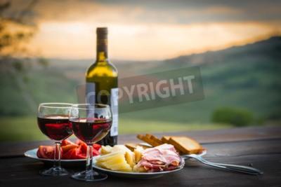 Papiers peints Nature morte Vins rouges, fromage et prosciutto. Dîner romantique en plein air