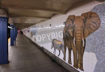 Papiers peints NEW YORK - 6 juillet: Les gens attendent au Musée de la station de métro d'histoire naturelle le 6 Juillet 2013 à New York. Avec 1,67 milliard de manèges annuels, le Métro de New York est le 7ème syst
