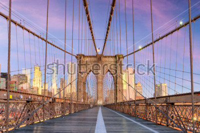 Papiers peints New York, New York on the Brooklyn Bridge Promenade facing Manhattan's skyline at dawn.