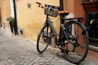 Papiers peints Noir vélo classique dans une rue romaine