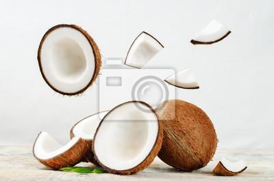 Noix de coco avec des tranches volantes