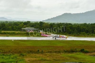 Papiers peints Nok Air Bombardier Dash 8 Q 400 de type d'aéronef de décoller pour le taxi à l'aéroport de Ranong en journée pluvieuse 172558e Juin