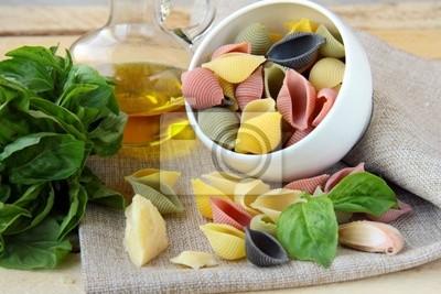 non cuits tricolore pâtes dans une tasse d'huile d'olive