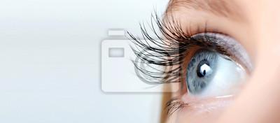 Papiers peints Oeil de femme avec de longs cils close-up