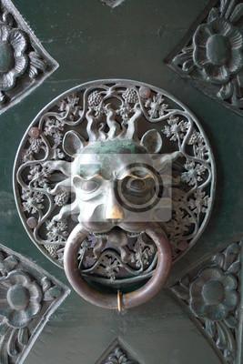 Old Door knoker. Poignée de porte en forme de tête de lion. Détail de la porte usée.
