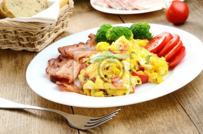 Omelette aux légumes et bacon frit