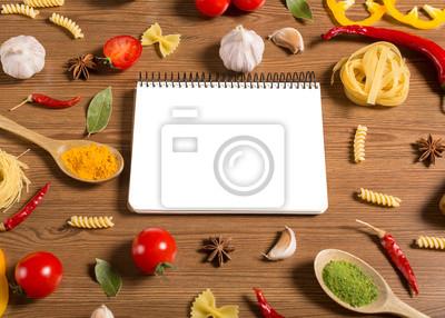 ordinateur portable pour les recettes, les légumes et les épices sur la table en bois
