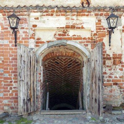 Papiers peints Ouvert portes en bois résistant menant au donjon d'un vieux château