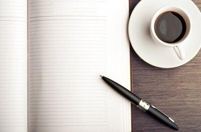 Papiers peints Ouvrez un cahier vierge blanc, stylo et café sur le bureau