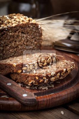Pain de seigle de grains entiers avec des graines.