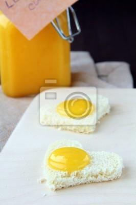 pain en forme de cœur avec le caillé de crème de citron