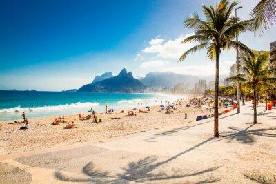 Papiers peints Palms et deux frères de montagne sur la plage d'Ipanema, à Rio de Janeiro