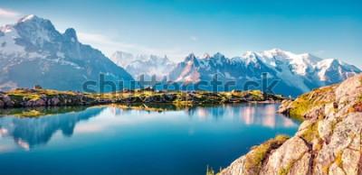 Papiers peints Panorama d'été coloré du lac Lac Blanc avec le Mont Blanc (Monte Bianco) en arrière-plan, emplacement de Chamonix. Belle scène en plein air dans la réserve naturelle du Vallon de Bérard, Alpes Gra