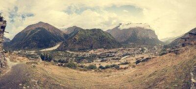 Papiers peints Panorama de montagne avec village traditionnel en pierre.