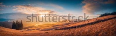 Papiers peints Panorama du coucher de soleil dans une vallée de montagne des Carpates avec une magnifique lumière dorée sur les collines