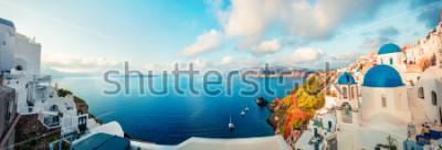 Papiers peints Panorama du matin ensoleillé de l'île de Santorin. Printemps coloré vue sur la station balnéaire grecque amère Fira, Grèce, Europe. Fond de concept de voyage. Photo post-traitement de style artistiqu