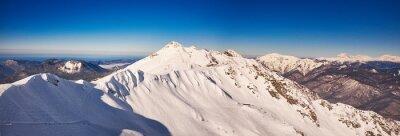 Papiers peints Panorama montagnes d'hiver avec pistes de ski.
