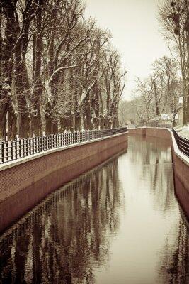 Papiers peints Parc avec rivière et remblai couverts de neige