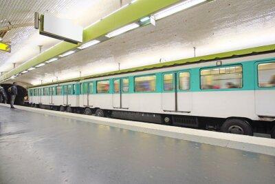 Papiers peints Paris, France, 12 février 2016: métro à Paris, France. Métro est très populaire de transport à Paris