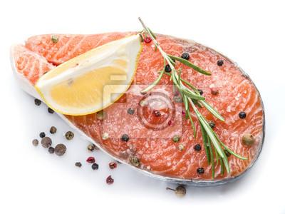 Pavé de saumon sur fond blanc.
