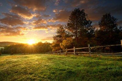 Papiers peints Paysage pittoresque, ranch clôturé au lever du soleil