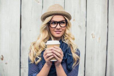 Papiers peints Pensive mode blonde tenant le café en plein air