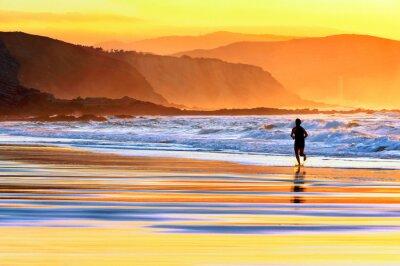 Papiers peints personne marche sur la plage au coucher du soleil