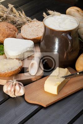Petit déjeuner campagnard composé de pain, de fromage, le lait et l'ail.