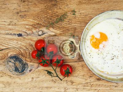 Petit-déjeuner ensemble: oeuf sur le plat et CherryTomato sur un bureau en bois