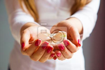 Petite boîte-cadeau dans la main