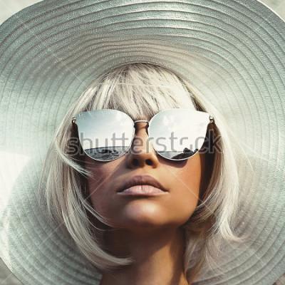 Papiers peints Photo de mode en plein air de belle demoiselle au chapeau et des lunettes de soleil. Voyage de plage d'été. Été