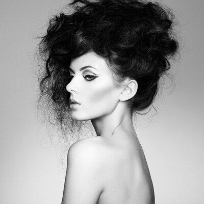Papiers peints Photo noir et blanc de belle femme avec de magnifiques cheveux