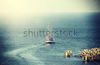 Papiers peints Photo vintage du vieux voilier quittant le port.