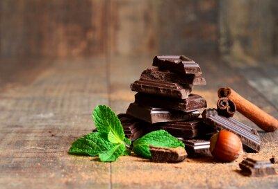Papiers peints Pile de tranches de chocolat avec une feuille de menthe, de noisette et la cannelle.