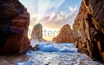Papiers peints Plage de sable parmi les rochers au coucher du soleil Ursa Beach près du cap Roca (Cabo da Roca) sur la côte de l'océan Atlantique au Portugal. Paysage d'été.