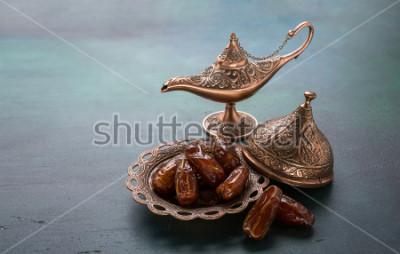 Papiers peints Plaque en bronze avec dates et lampe aladdin sur fond en bois vert foncé. Fond de Ramadan. Kareem Ramadan.