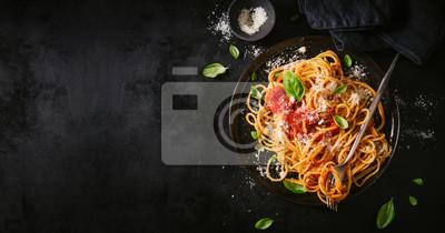 Papiers peints Plaque sombre avec des spaghettis italiens sur le noir