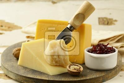 plateau de fromage avec des noix et confiture