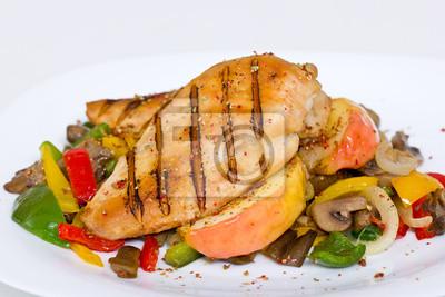 Poitrine de poulet grillé avec des légumes