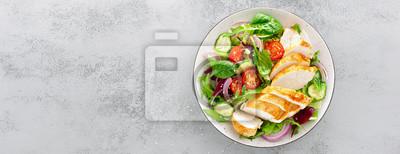 Papiers peints Poitrine de poulet grillée, salade de filet et de légumes frais de laitue, roquette, épinards, concombre et tomate. Menu de déjeuner santé. Aliments diététiques. Vue de dessus. Bannière