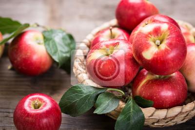 Pommes rouges fraîches dans le panier