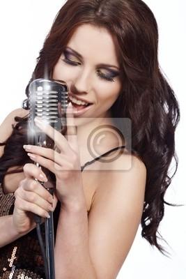 pop chanteuse avec le rétro microphone