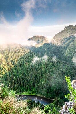 Papiers peints Poranek w górach. Mglisty krajobraz.