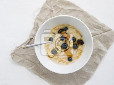 porridge avec bleuets frais, miel et noix