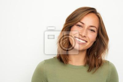 Papiers peints portrait d'une jeune femme heureuse souriant sur fond blanc