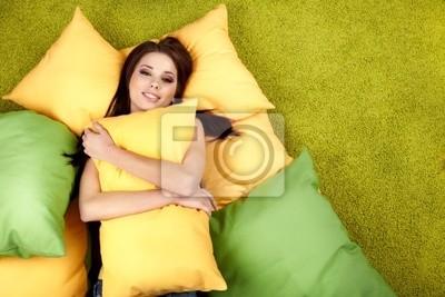 Portrait d'une jeune fille au printemps sieste sur l'oreiller.