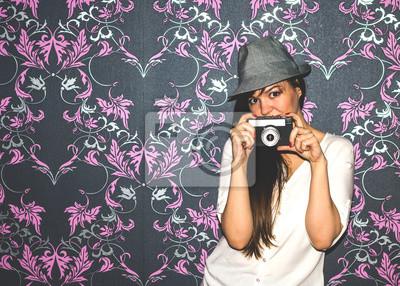 Portrait d'une jeune fille avec un appareil photo
