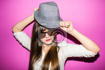 Portrait d'une jeune fille avec un chapeau