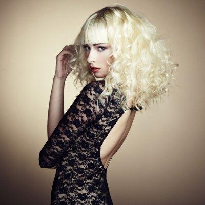 Papiers peints Portrait de la belle jeune fille blonde en robe noire
