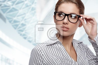 Portrait de la jolie jeune femme d'affaires souriant